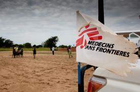 Bandera de Médicos Sin Fronteras en uno de nuestros vehículos en Sudán del Sur. Foto: 2013.