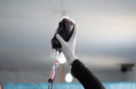 Julio de 2013: Un trabajador médico sostiene una bolsa de sangre en la sala de urgencias de un hospital improvisado en Siria, que MSF creó a partir de una granja en la provincia de Idlib, en el noreste de Siria.