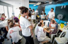 Varios de nuestros compañeros, durante una campaña de vacunación masiva dirigida a niños de entre 6 semanas y 15 años en Atenas (Grecia).
