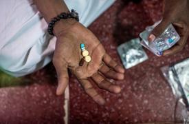 Hanif, paciente con tuberculosis multiresistente, toma su medicación diaria contra la enfermedad en su casa, en el área de Govandi de Mumbai, India. Foto: 2016