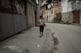 Un niño caminando por Petare, dentro del área metropolitana de Caracas. 2016