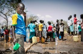 Un niño espera conseguir agua pero el camión se quedó varado en el barro. Campo de refugiados de Palorinya, Uganda  ©Fabio Basone/MSF
