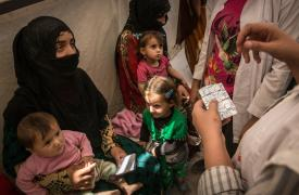 En la sala de espera del campo Ain Issa, en el norte de Siria, nuestro equipo de médicos revisan a una niña siria desplazada proveniente de Raqqa. ©Chris Huby