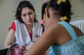 Fotografía que muestra a la psicóloga Brillite Martinez, que está en sesión con una niña de 8 años, que fue derivada por su escuela como una supuesta víctima de abuso sexual.