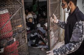 Un guardia cierra la puerta de una celda en el centro de detención de Abu Salim, en Trípoli, Libia. Marzo de 2017