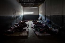 Fotografía que muestra cómo viven refugiados, migrantes y solicitantes de asilo en uno de los centro de detención en Trípoli, Libia.