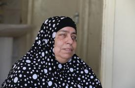 Khairiya sufre de hipertensión y es ciega. En su estado le resulta muy difícil acudir a una clínica de la ciudad para hacer revisiones médicas, así que está feliz de que recibirnos en su casa. ©Scott Hamilton/MSF