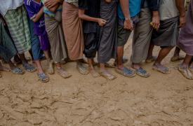 Los Rohingya recién llegados forman una fila mientras esperan para recolectar materiales para construir sus refugios, que son distribuidos por agencias de ayuda en Kutupalong, Bangladesh. ©Dar Yasin/AP Photo