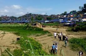 La vista desde el asentamiento informal en Unchiparang, Bangladesh, en donde las tiendas de campaña cubren la colina. Detrás de esta colina hay tres más, y en total hay 33.000 personas viviendo en esta región. © Paul Andrew Jabor/MSF