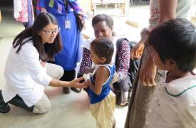 La Dra. Joanne Liu, presidente Internacional de MSF, visita el hospital de Kutupalong, y conoce a un niña rohingya que pudo recuperarse del tétanos, después de haber estado 3 semanas en el hospital. ©Amelia Freelander/MSF