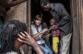 La enfermera Maria Blanco examina a un niño con desnutrición en Masanga Anai, República Democrática del Congo. ©Marta Soszynska/MSF