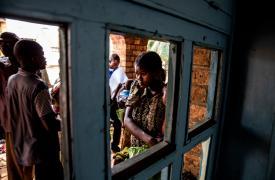 Una joven madre y su hijo esperan una consulta por desnutrición en el centro de salud Mayi Munene, Región de Kasai, República Democrática del Congo. Mucha gente en Mayi Munene todavía teme que el conflicto regrese a su aldea. © Marta Soszynska / MSF