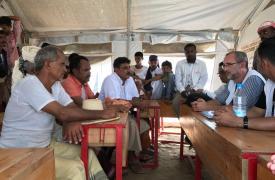 David Noguera, presidente de MSF (a la derecha), durante un encuentro con varias personas del campo de desplazados cercano a Abs, en Yemen. ©Sonia Verma/MSF