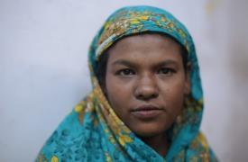 Jamila tiene 25 años y su esposo es ciego. Ella dio a luz a su tercer hijo, de tan solo 15 días, en la clínica de Kutupalong en Cox's Bazar, Bangladesh. Su bebé sufre una desnutrición severa. ©Ikram N'gadi
