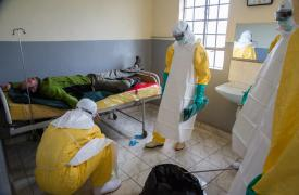 Los equipos de MSF entrenan para tratar a una persona fallecida de Marburg con equipo de protección personal en Kaisagat, condado de Trans Nzoia en Kenia. ©Louise Annaud/MSF