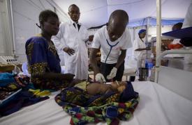 Canda tiene solo cuatro meses y sufre neumonía severa y malaria. Su madre decidió traerla a una de las clínicas que apoyamos en Bili, en el norte de República Democrática del Congo (RDC). La pequeña necesitaba oxígeno y estabilización. ©Vincenzo Livieri
