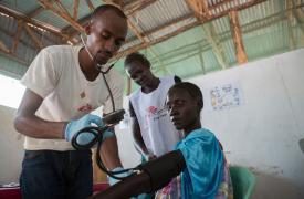 Nyawal Biel, de 24 años, es examinada por un trabajador de MSF.