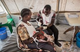 Enfermeros atienden a niño en Aburoc (Sudán del Sur). © Philippe Carr/MSF