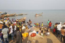 Los refugiados congoleños desembarcan en Sebarogo, en Uganda.