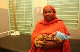 Wanli, originaria de Ansongo, en el norte de Mali, con el hijo de su sobrina Aminatou.