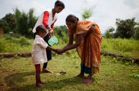Madre e hijo en un centro de salud en India. Se les enseñan prácticas básicas de higiene en el marco del programa contra la desnutrición.