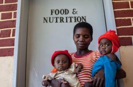 Una mujer congoleña con sus dos mellizos, refugiados en Zambia.