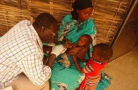 Un niño examinado por un enfermero en Sortoni, Sudán.