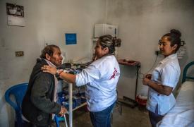 Un paciente es atendido por un médico de Médicos Sin Fronteras y una enfermera durante una visita de clínica móvil en Guerrero.