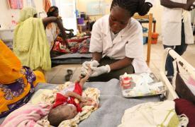 Un niñode 39 días en tratamiento por desnutrición en Chad.