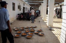 Los detenidos comparten un plato de arroz o pasta entre 5 a 10 personas.