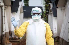 Médico con traje de seguridad en la República Democrática del Congo