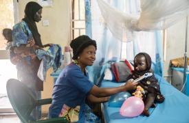 Cuando Yaashe, una paciente de noma de seis años, y su familia llegaron desde Borno al Hospital de Noma de Sokoto, se sintieron aislados porque no hablaban el idioma local. El personal de salud mental les ayudó a integrarse con los demás pacientes.