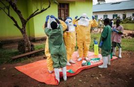 Trabajadores de Médicos Sin Fronteras contra el Ébola