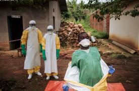 Trabajadores de Médicos Sin Fronteras en Kivu del Norte, República Democrática del Congo. Quitarse el traje protector es un paso crucial y potencialmente peligroso.
