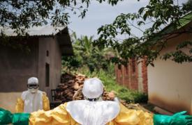 Después de su trabajo de descontaminación, y una visita a la zona de alto riesgo, los trabajadores sanitarios descontaminados con cloro. Kalunguta, provincia de Kivu Norte, República Democrática del Congo, noviembre de 2018.