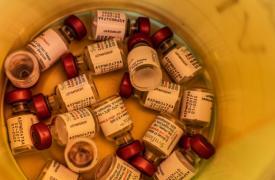 La vacuna de la neumonía de GSK usada durante una campaña de vacunación para niños refugiados en los campos de las islas griegas, estuvo disponible a un precio reducido especial de 9 dólares estadounidenses.