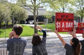 Activistas de la Campaña de Acceso a los Medicamentos de Médicos Sin Fronteras piden que Johnson & Johnson reduzca el precio de la bedaquilina (un nuevo medicamento contra la tuberculosis) a $1 dólar por pastilla por día.