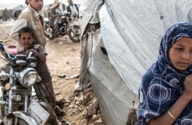 El campamento Dahadh se encuentra en Khamer (Yemen), 1 km al sureste del centro de la ciudad, cerca del mercado de Qat. 410 familias, alrededor de 3430 personas, han estado viviendo dentro del campamento desde que comenzó la guerra en 2015.