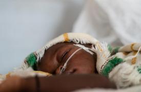 Esta imagen no pertenece a la niña que aparece en el artículo. Es una foto de archivo tomada en N'Djamena, Chad, donde un niño recibía oxígeno.