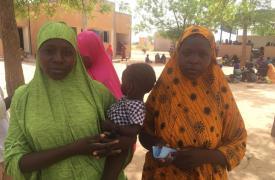 Mariam y Haoua huyeron de Zamia y Hilli, Nigeria. Llegaron a Bassira, Níger, a fines de mayo de 2019, con sus esposos e hijos. Sus aldeas no han sido atacadas pero temían ser las próximas y decidieron huir buscando un lugar seguro para sus familias.