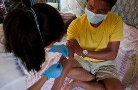 Thangkhoshin Hookip padece Tuberculosis Multidrogorresistente (TB-MDR). Todos los días, las enfermeras de Médicos Sin Fronteras lo visitan para administrarle una inyección y hacer seguimiento de la toma de los medicamentos diarios que necesita.