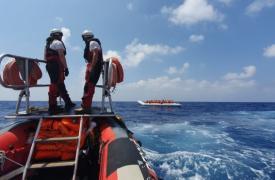 Equipo de rescate a bordo del bote inflable del Ocean Viking brindando ayuda en el Mediterráneo.