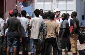 El equipo de Médicos Sin Fronteras a bordo del Ocean Viking registrando a las personas rescatadas luego de subir al barco.