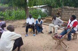 Alphonse Elogo, especialista en agua y saneamiento de Médicos Sin Fronteras, habla con miembros de la comunidad en un distrito de Pitoa, en el norte de Camerún.
