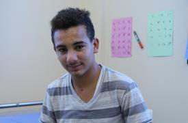 Sentado en su habitación de aislamiento en un hospital en Khan Younis (Gaza), Ayman, de 19 años, está siendo tratado por una infección en los huesos de sus piernas que es resistente a los antibióticos.