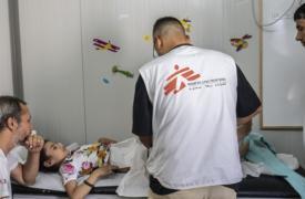 Fátima, una niña afgana de 9 años es vista por uno de nuestros médicos en una clínica pediátrica en las afueras del campamento de Moria en Lesbos. En 2015, una bomba explotó en la calle donde está su casa.