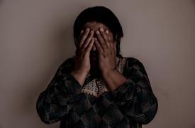 """Seve Mirza, de 31 años, posa en su casa en Sinuni, Irak. """"Tengo migrañas y dolor en todo el cuerpo. Siempre estoy sudando. Siento que no puedo controlarme. Empiezo a hablar y no puedo parar. Siento que mi cuerpo es pesado."""