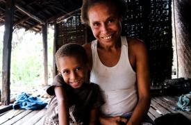 Meme Mahiro y su madre Kari Dusty están bajo tratamiento para la tuberculosis. Al principio los habitantes de su pueblo las aislaron, pero al ver cómo mejoraban, regresaron a su comportamiento habitual. La estigmatización es una gran carga adicional para