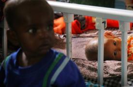 Farhiya, de 11 meses, hija de Khadro Ahmed Abdi, en la sala de hospitalización pediátrica del Hospital Regional Mudug en la ciudad de Galkayo, en Somalia.