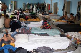 Hace un año, el único albergue que brindaba asistencia a la población migrante estaba casi vacío. Hoy, este lugar que puede acomodar a 180 personas, alberga a más de 400.